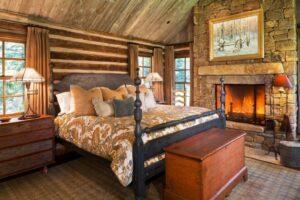Спальня с камином в стиле кантри