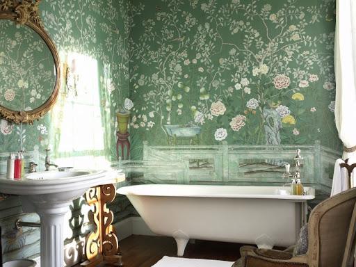 Стены в ванной расписаны цветами