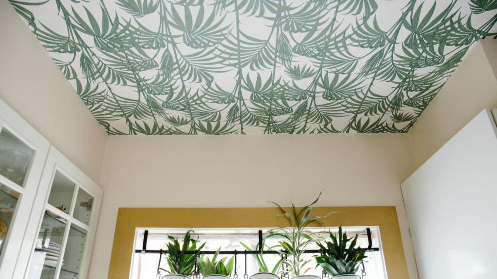 Обои и потолок